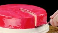 Gâteau miroir : une pâtisserie au glaçage brillant.